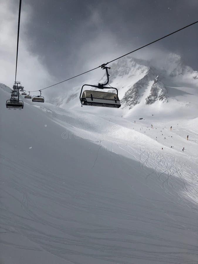 Funicular en la estación de esquí del glaciar de Stubai fotos de archivo