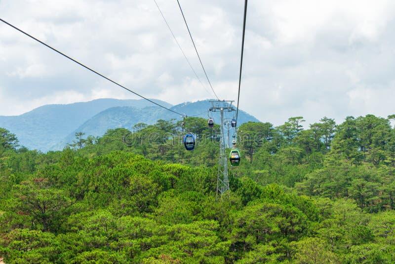 Funicular ruchy nad tropikalnym lasem w górach w Wietnam zdjęcia royalty free