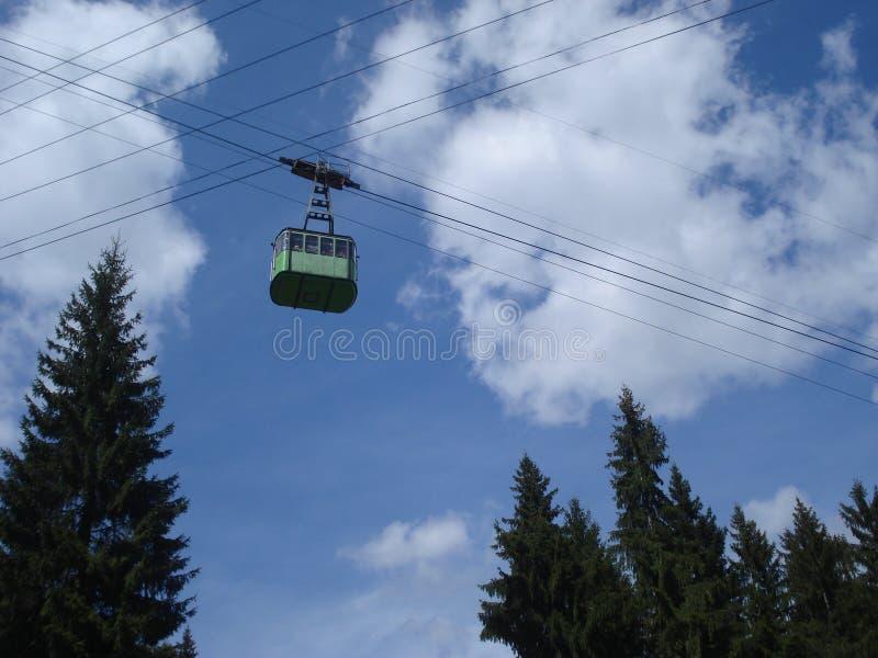 Funicular turístico en la región de la montaña imagen de archivo