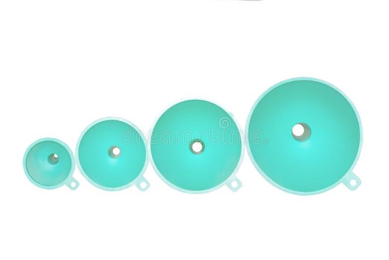 Funil isolado Close up de quatro funis pl?sticos de turquesa de tamanhos diferentes isolados em um fundo branco Macro imagens de stock
