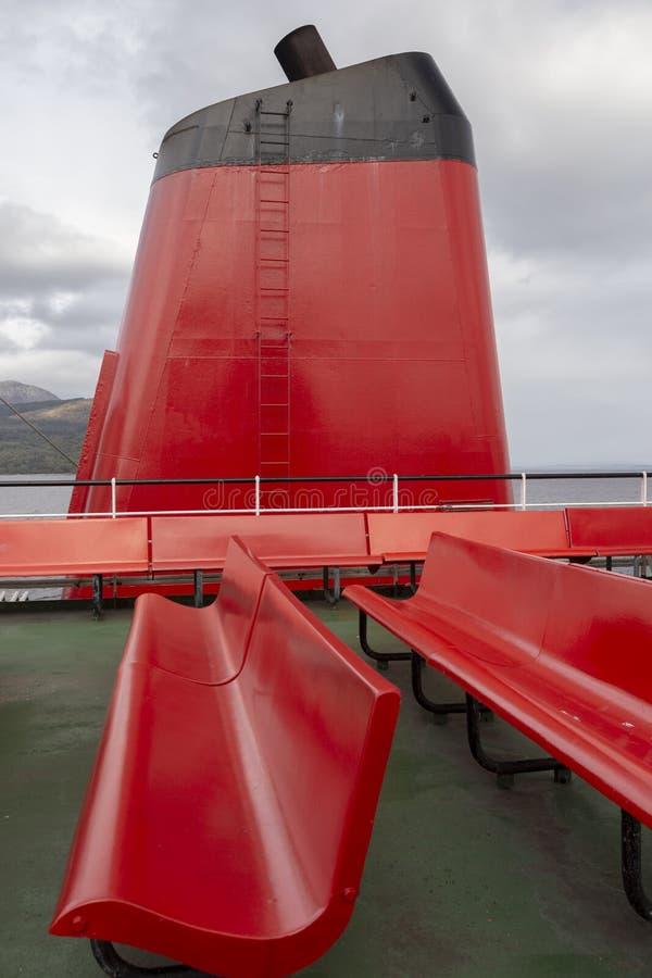 Funil vermelho de um ferry foto de stock
