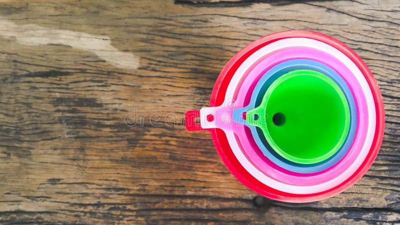Funis pastic coloridos com o punho em de madeira velho imagem de stock royalty free