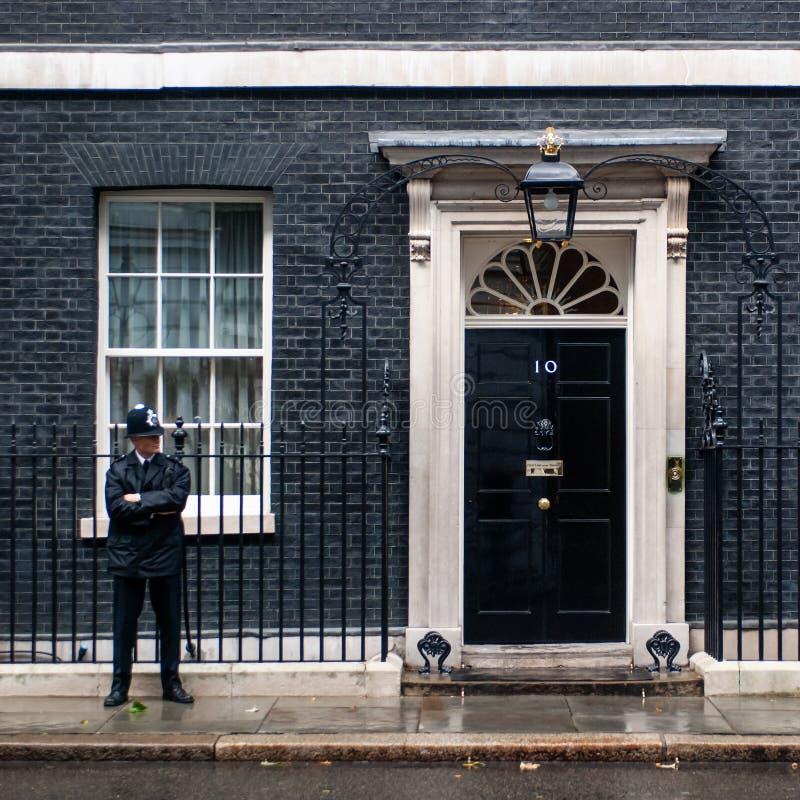 Funkcjonariusz policji chroni wejściowego drzwi 10 Downing Street w Londyn, UK zdjęcie royalty free