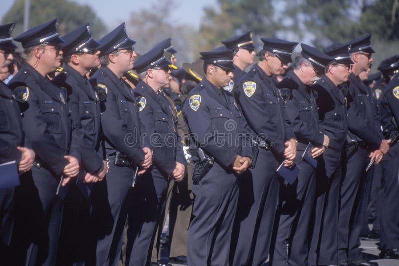 Funkcjonariusz policji przy ceremonią pogrzebową fotografia royalty free