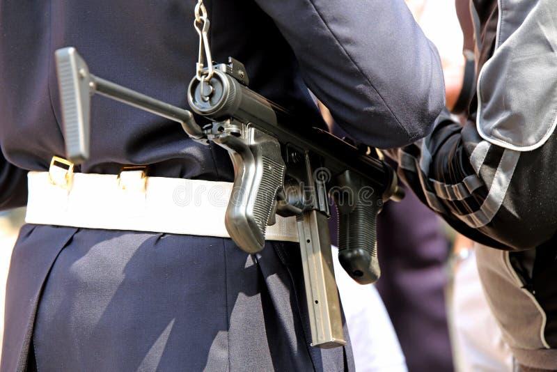 funkcjonariusz policji z maszynowymi kontrola broni palnej leka handlowiec obrazy royalty free