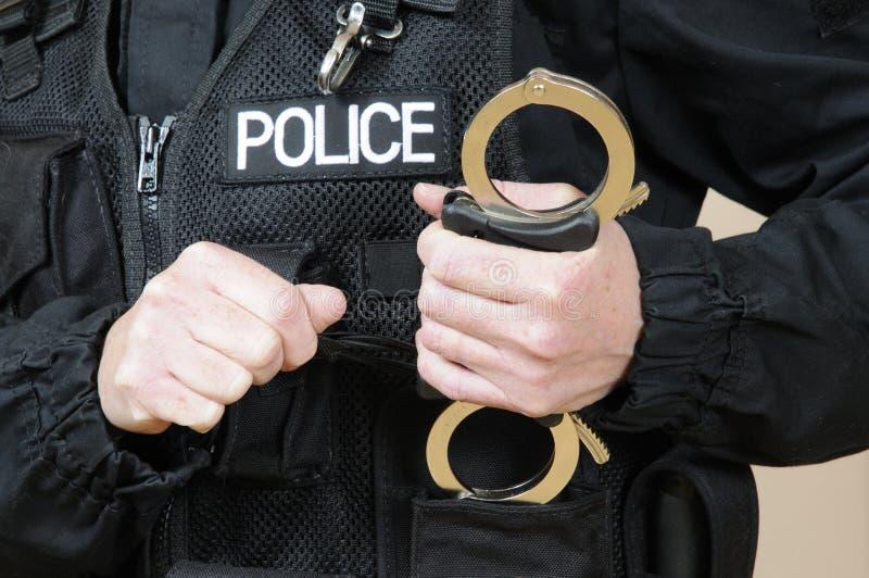 Funkcjonariusza policji mienia kajdanki zdjęcie royalty free