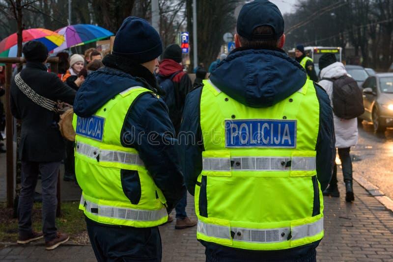Funkcjonariuszi policji, podczas Protestacyjnej akcji pokazywać solidarność z Chechnya's LGBT obrazy royalty free