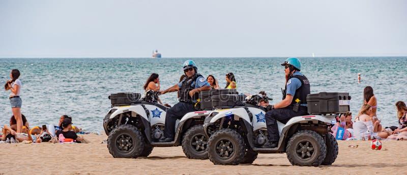 Funkcjonariuszi policji przy Chicago plażą CZERWIEC 11, 2019 - CHICAGO, usa - obrazy royalty free