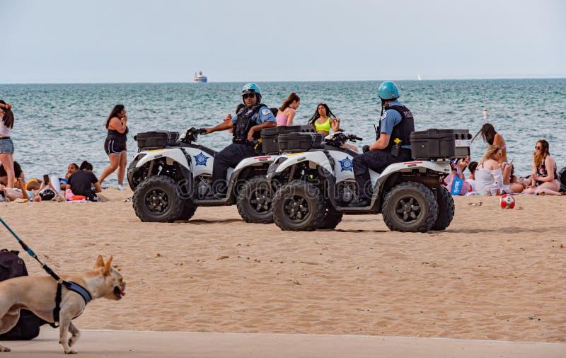 Funkcjonariuszi policji przy Chicago plażą CZERWIEC 11, 2019 - CHICAGO, usa - zdjęcie royalty free