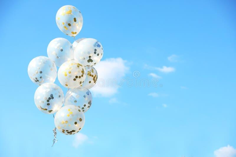 Funkeln steigt gegen blauen Himmel am sonnigen Tag draußen im Ballon auf lizenzfreie stockfotos