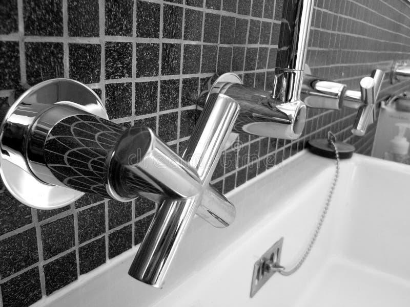 Funkelnde Badezimmer-Hähne lizenzfreie stockbilder