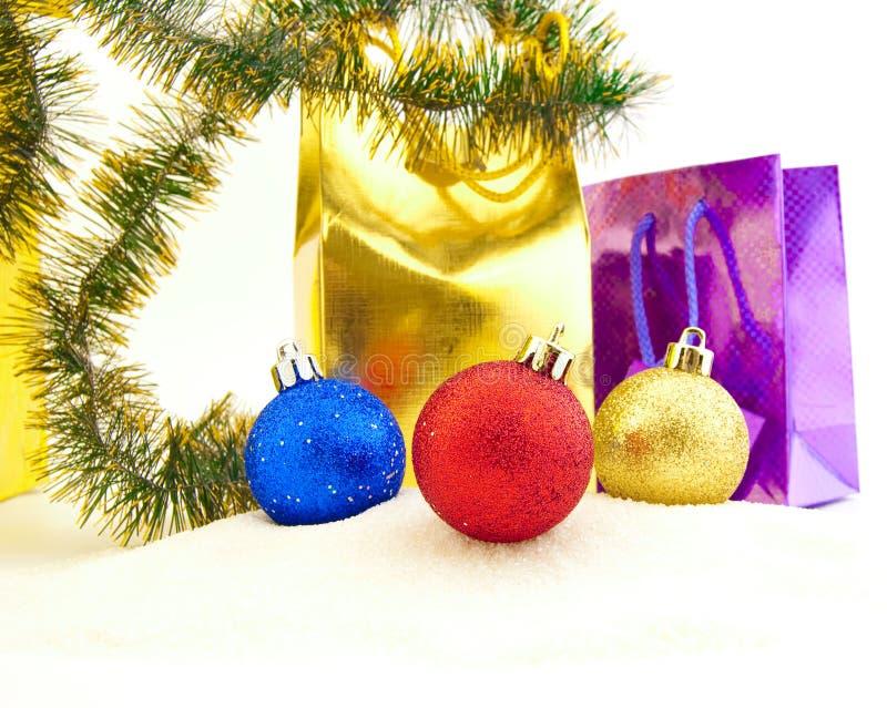 Funkelnde Weihnachtskugeln und goldene Korne lizenzfreies stockbild