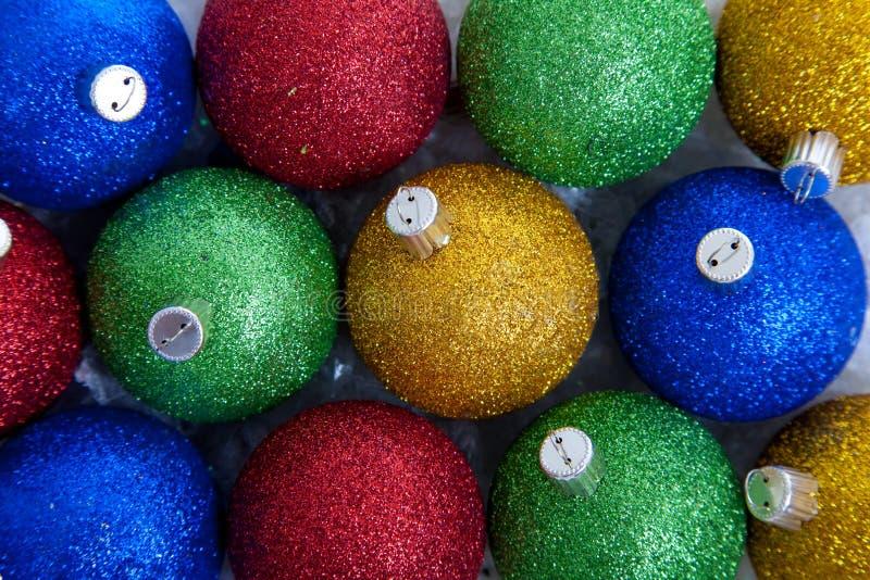 Funkelnde Weihnachtsverzierungen stockbild