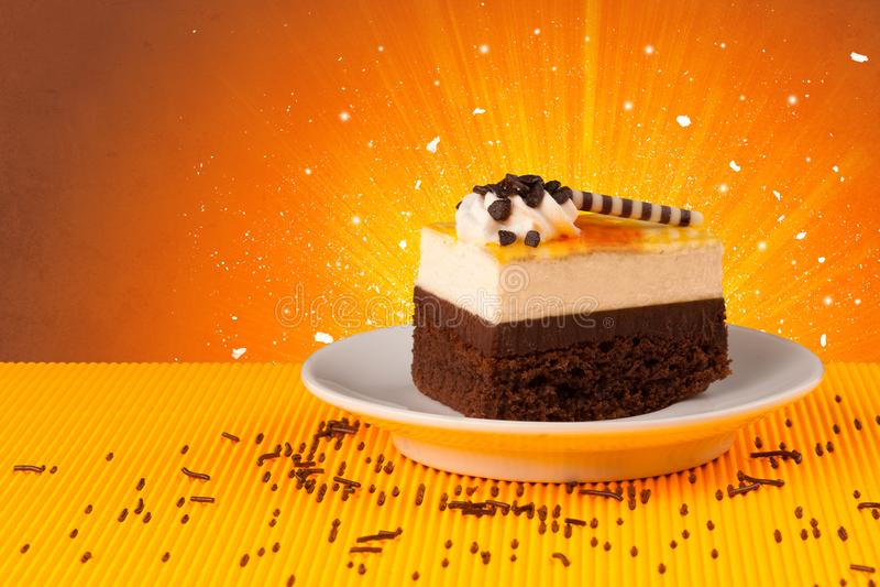 Funkelndes schmackhaftes Haus machte Kuchen mit coloful Hintergrund stockbild