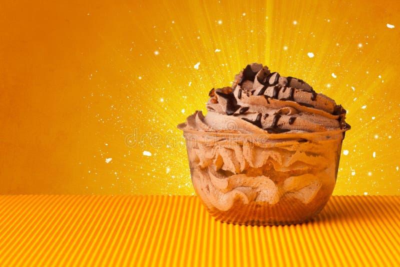 Funkelndes schmackhaftes Haus machte Kuchen mit coloful Hintergrund lizenzfreie stockfotografie