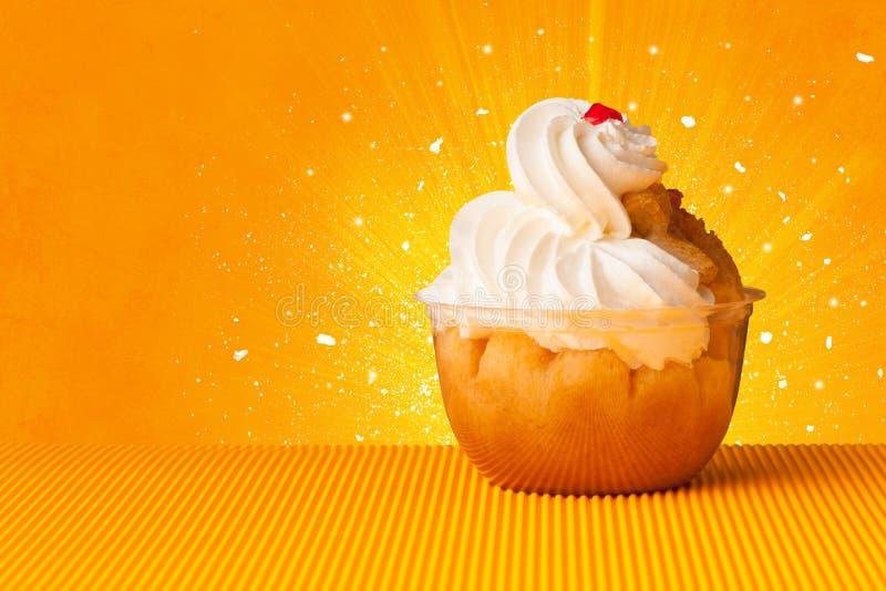 Funkelndes schmackhaftes Haus machte Kuchen mit coloful Hintergrund stockfoto