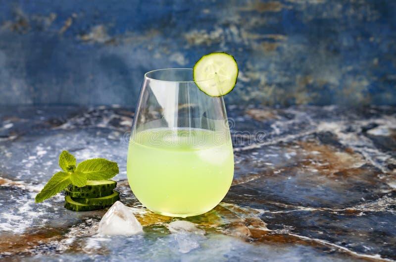 Funkelndes tadelloses Gin Tonic der Gurke sprudeln mit Aloe Vera auf Marmortabelle Kopieren Sie Platz lizenzfreie stockbilder