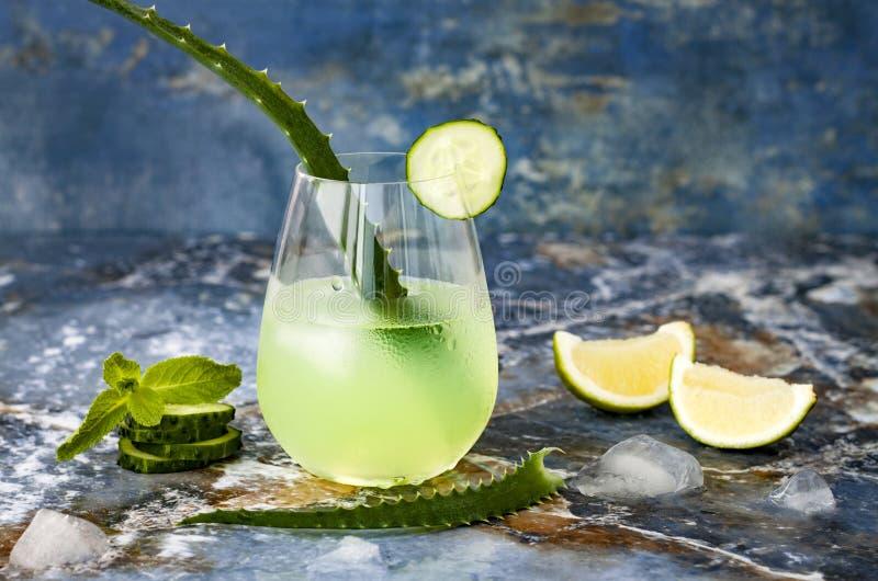 Funkelndes tadelloses Gin Tonic der Gurke sprudeln mit Aloe Vera auf Marmortabelle Kopieren Sie Platz Dracheendstückcocktail für  lizenzfreies stockbild