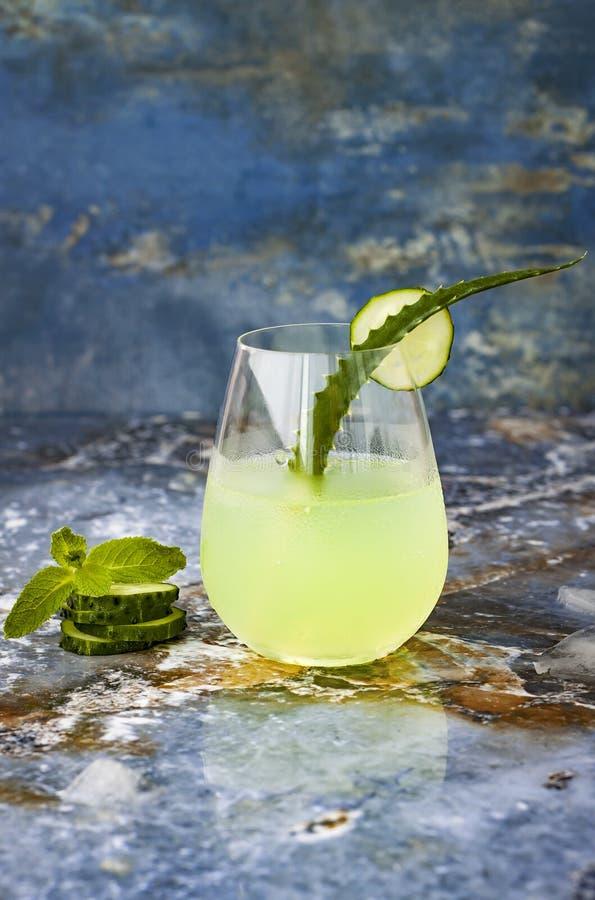 Funkelndes tadelloses Gin Tonic der Gurke sprudeln mit Aloe Vera auf Marmortabelle Kopieren Sie Platz Dracheendstückcocktail für  stockbilder