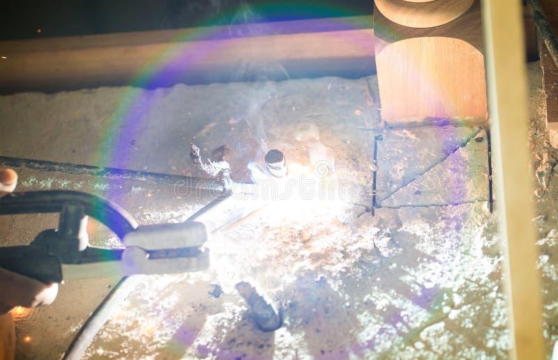 Funkenaussehung wie Kracher durch das Schweißen des Stahls Arbeitsschweißensstahl in den Industrieanlagen stockbilder