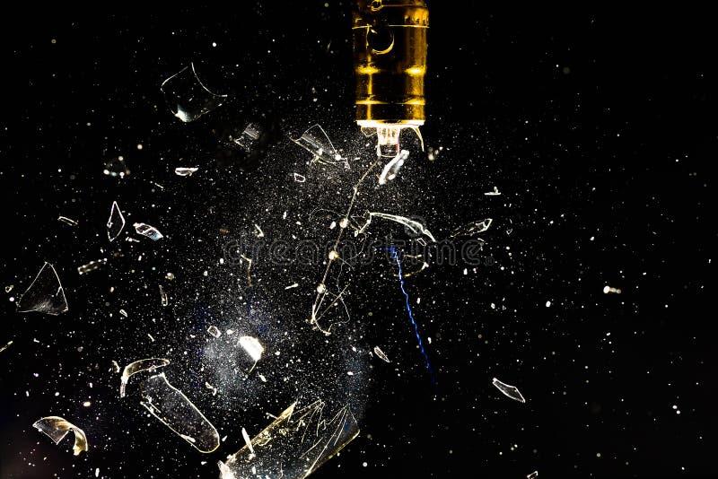 Funkende und explodierende weißglühende Glühlampe stockfotografie