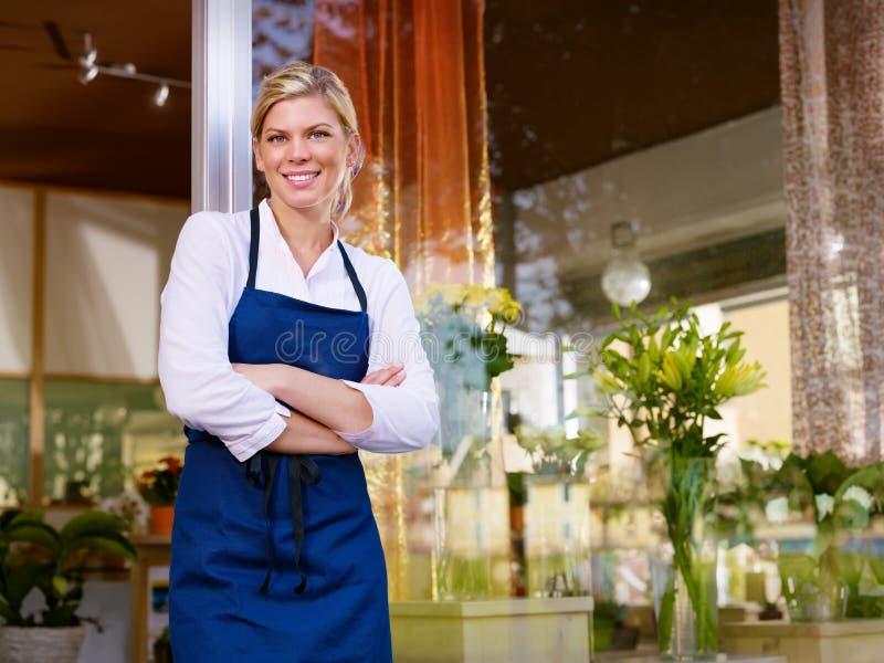 Funktion der jungen Frau als Blumenhändler im System lizenzfreie stockfotos