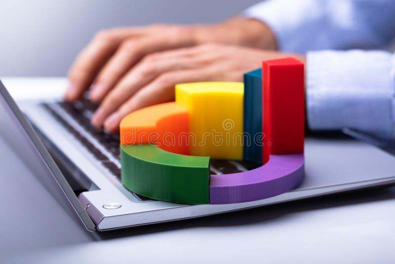 Funktion des Wirtschaftlers Handauf Laptop lizenzfreie stockfotos