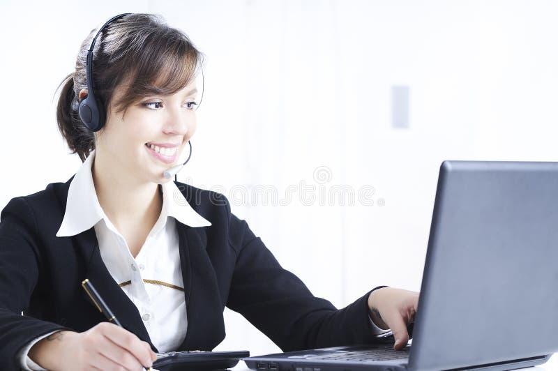Funktion und Lächeln der jungen Frau stockfoto