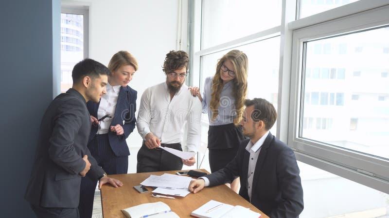 Funktionsduglig atmosfär i kontoret Grupp av affärsfolk som diskuterar affärsfrågor arkivbilder