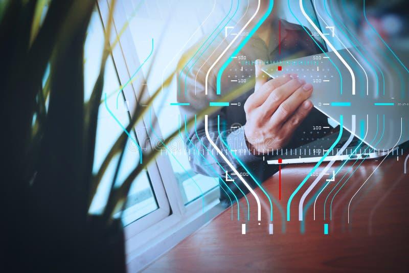 Funktionsduglig bärbar dator för märkes- hand med förgrund för grön växt på trä royaltyfri fotografi