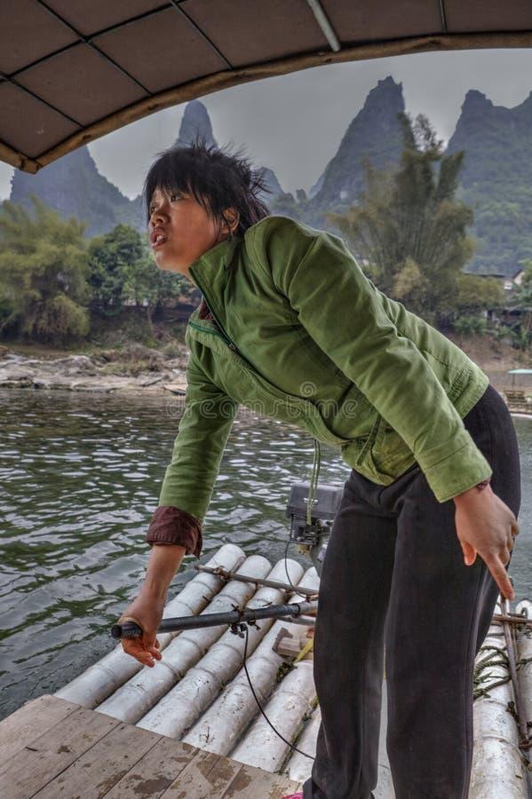 Funktionsduglig ferryman för kinesisk kvinna på floden Lijiang, Guangxi, Ch royaltyfri fotografi