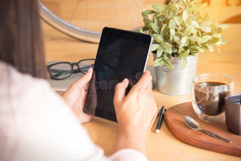 Funktionsduglig kvinna för härlig affär som använder Ipad royaltyfria foton