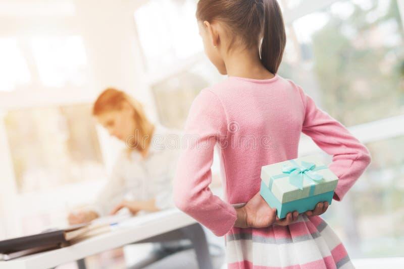 Funktionsduglig kvinna på mammaledigheter Dottern gjorde en gåva för hennes älskade moder arkivbild