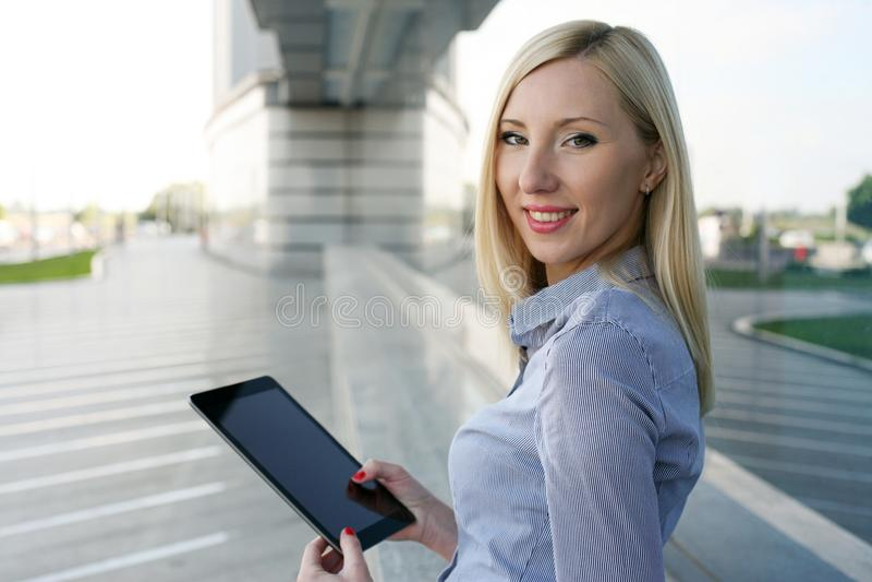 Funktionsduglig kvinna se kameran arkivbild