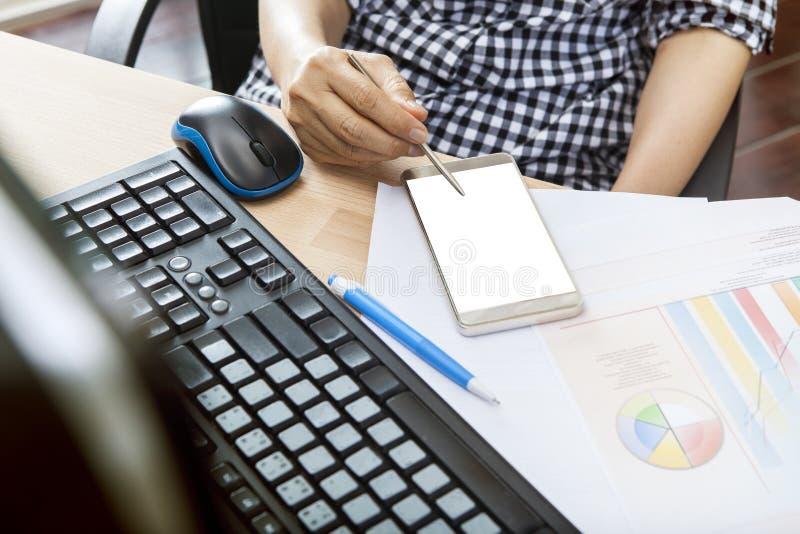 Funktionsduglig kvinna som använder det läs- meddelandet för smart telefon på skärmen, på av royaltyfri fotografi