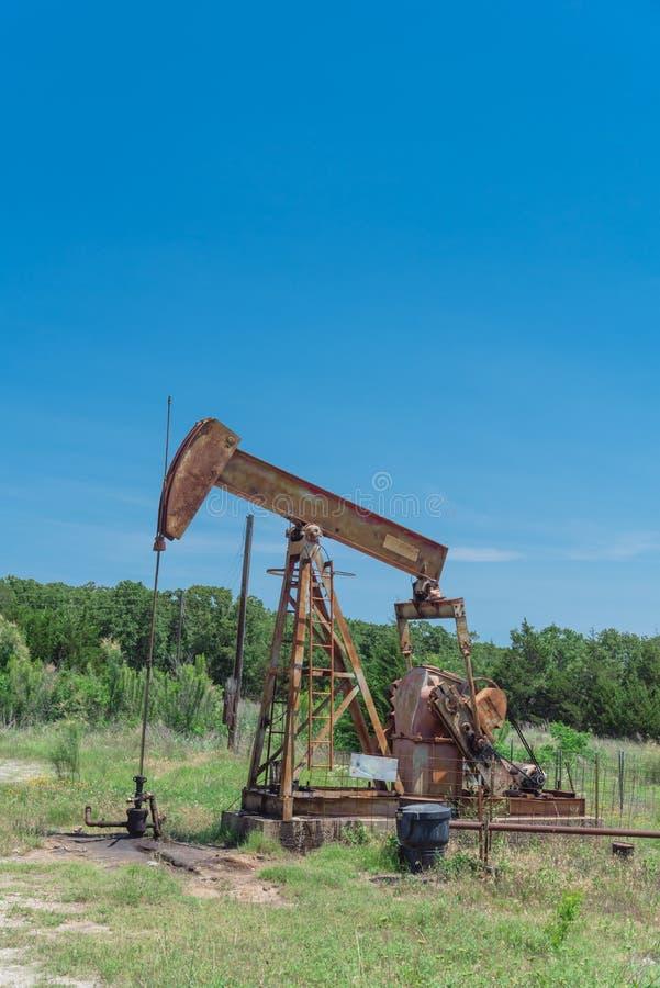 Funktionsduglig pumpstålar som pumpar råolja på platsen för olje- borrande i rura arkivfoto