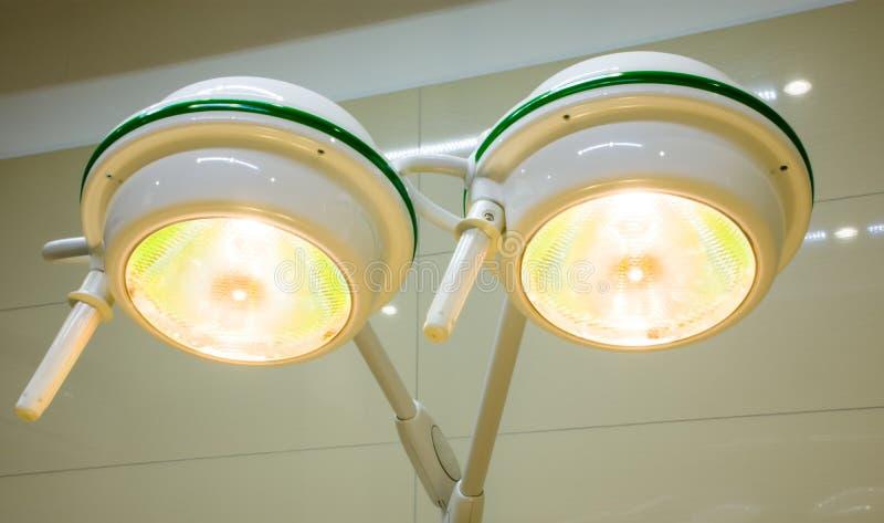Funktionsduglig shadowless kirurgisk lampa i fungeringsrum under medicinsk operation för kirurgi inget närbild royaltyfria foton