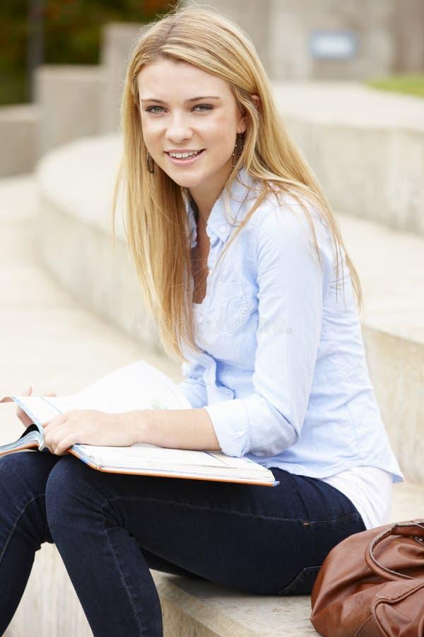 Funktionsduglig tonårs- student utomhus royaltyfria bilder