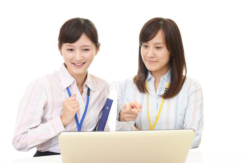 Funktionsdugliga asiatiska affärskvinnor royaltyfria foton