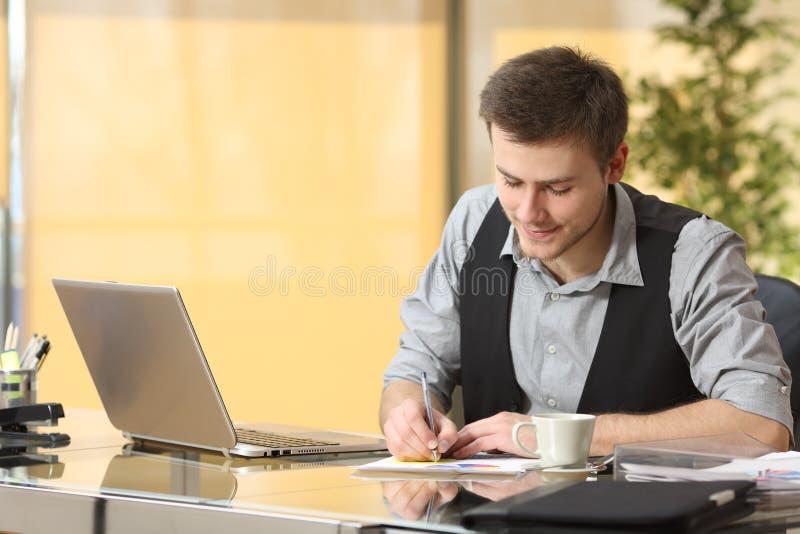 Funktionsdugliga handstilanmärkningar för affärsman på kontoret royaltyfri bild