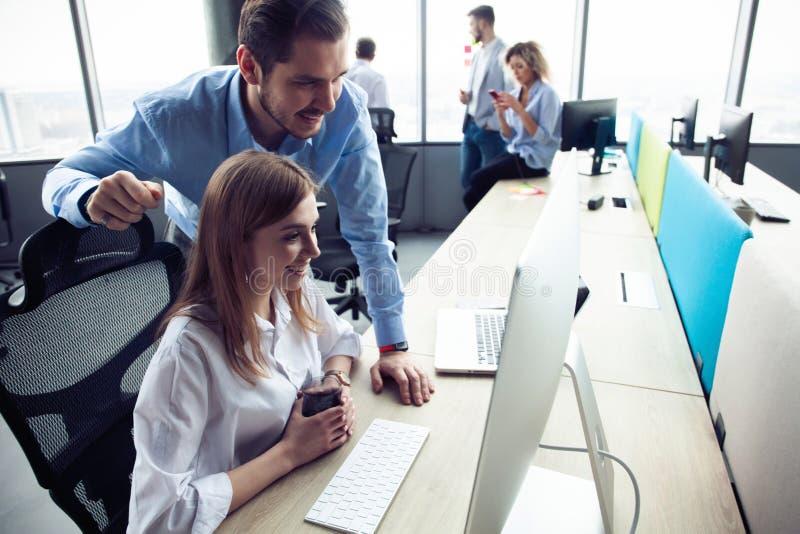 Funktionsdugliga kollegor f?r f?retags lag som arbetar i modernt kontor arkivfoton