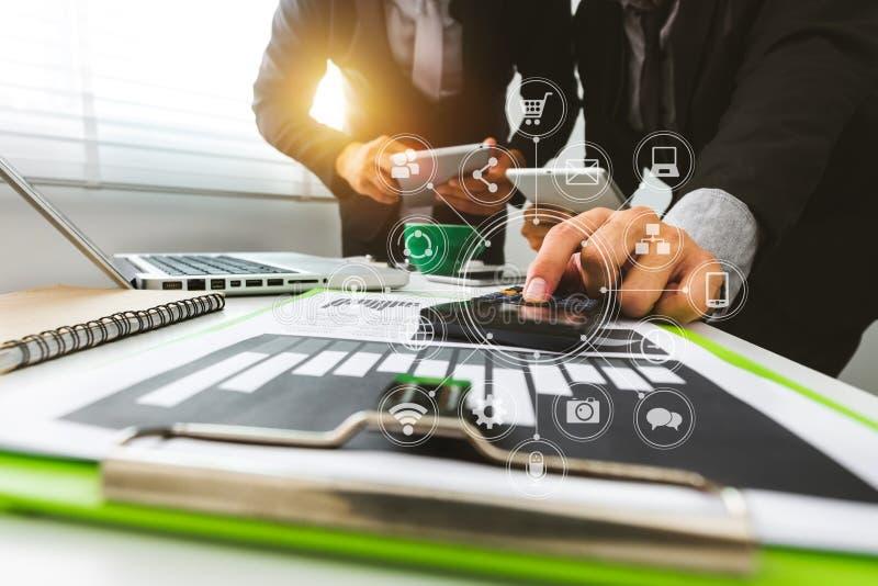 Funktionsdugligt lagmötebegrepp, affärsman som använder den smarta telefonen och bärbar dator och digital minnestavladator fotografering för bildbyråer