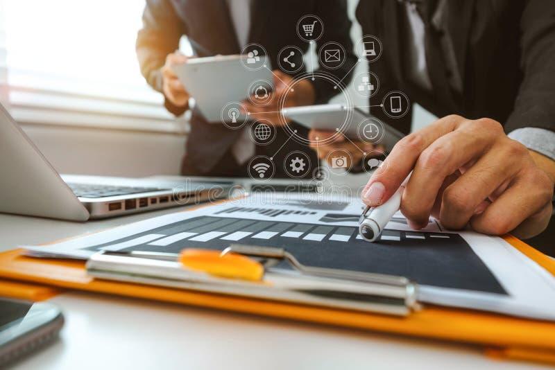 Funktionsdugligt lagmötebegrepp, affärsman som använder den smarta telefonen och bärbar dator och digital minnestavladator royaltyfri fotografi