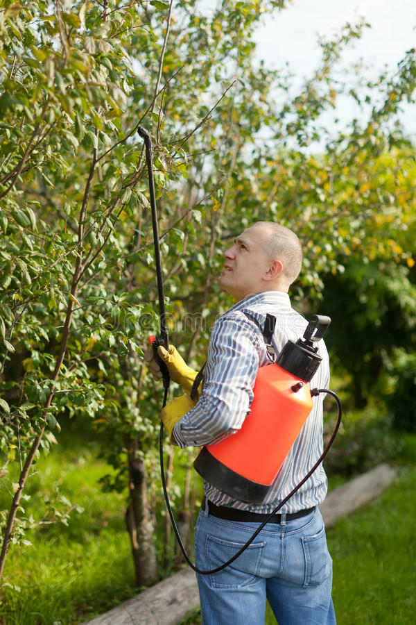 Funktionsmann mit Gartenspray lizenzfreies stockfoto