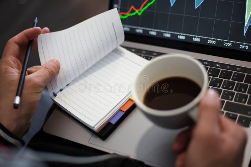 Funktionsprojekt auf Laptop mit Kaffee in den H?nden stockfotos