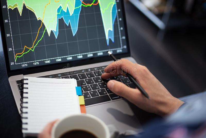 Funktionsprojekt auf Laptop mit Kaffee in den H?nden lizenzfreie stockbilder