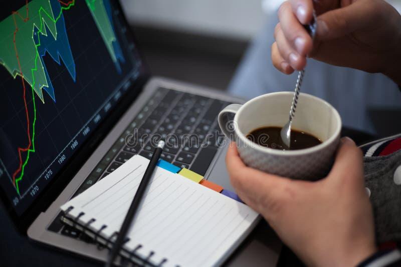 Funktionsprojekt auf Laptop mit Kaffee in den H?nden lizenzfreie stockfotografie