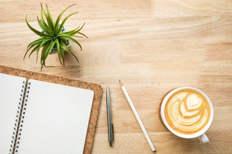 Funktionsraum mit hölzerner Schreibtischtabelle und -versorgungen lizenzfreies stockfoto