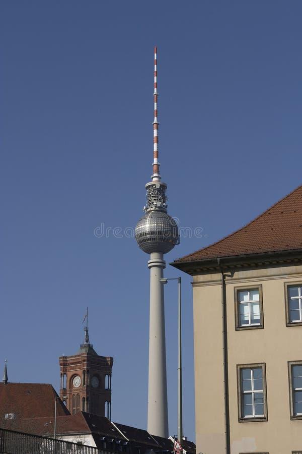 Funkturm Berlim (torre da tevê) e palácio vermelho (Rathaus) imagens de stock royalty free