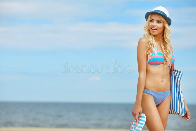 Funky gelukkig van de strandvrouw stock fotografie